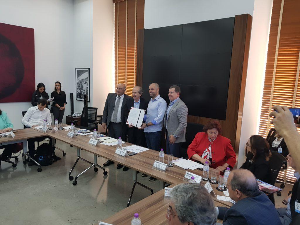 SP Negócios e Abit firmam acordo para fomento de polo de confecções na Zona Leste